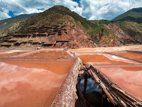 西藏盐井千年古盐田的图片